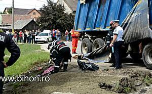 Accident mortal la Salonta. O fetiță și bunica ei au fost strivite de un autocamion